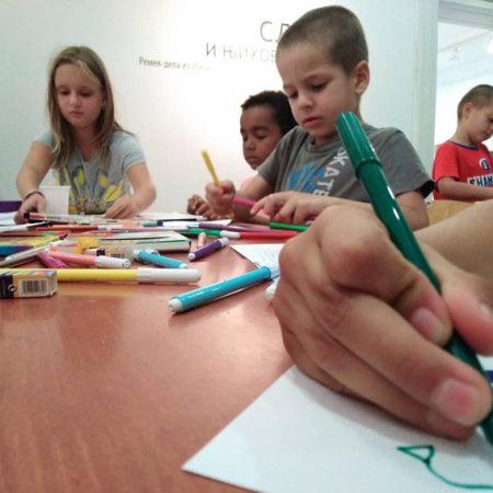 Deca koja crtaju flomasterrima